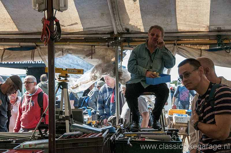 2013-beaulieu-autojumble-15-stendhouder-op-wacht