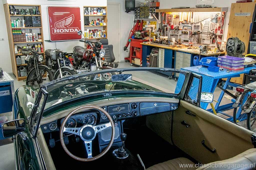 mgb-1964-cockpit