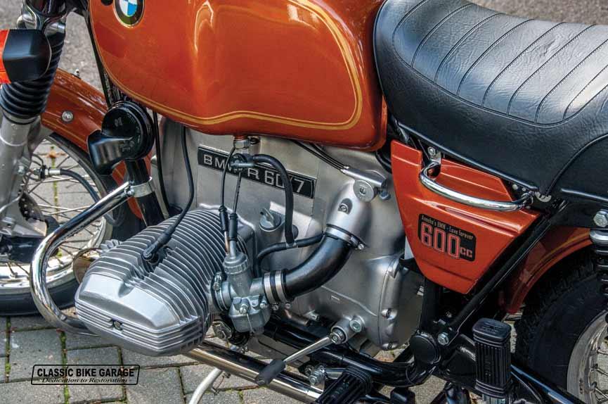 BMW-R60-7-motorblok-en-tank-links-klaar