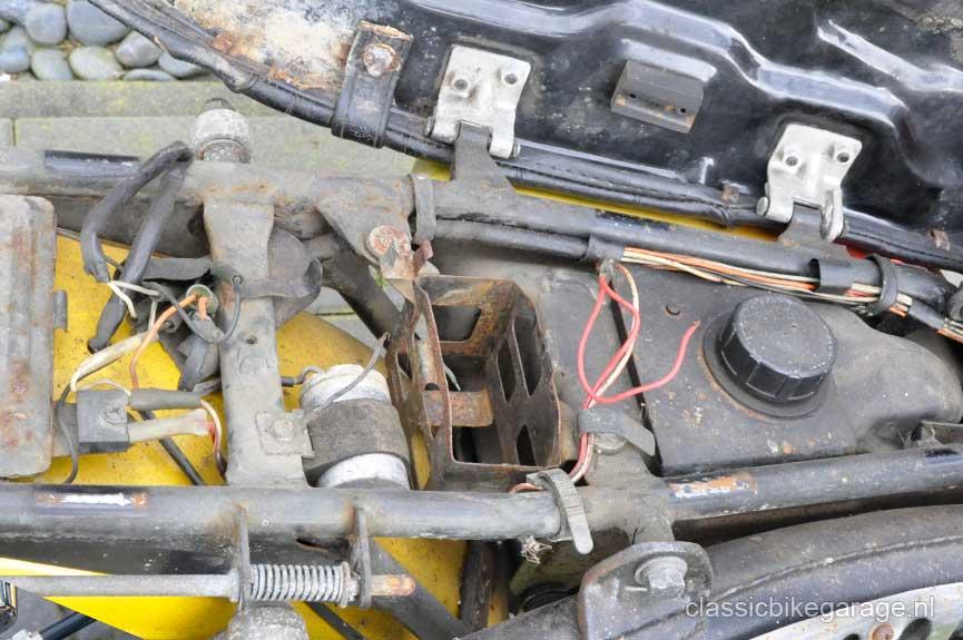 Suzuki-RV90-onder-zadel-voor