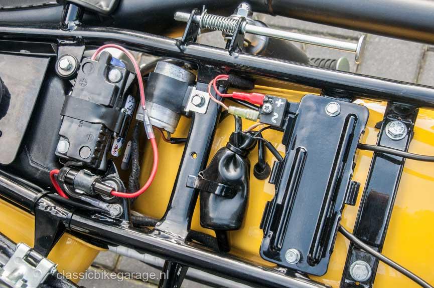 Suzuki-RV90-onder-zadel2-na