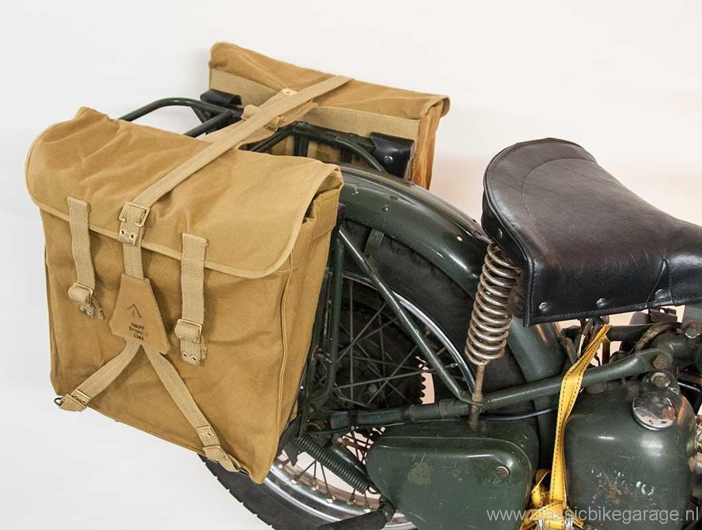trw500-tassen-op-de-motor