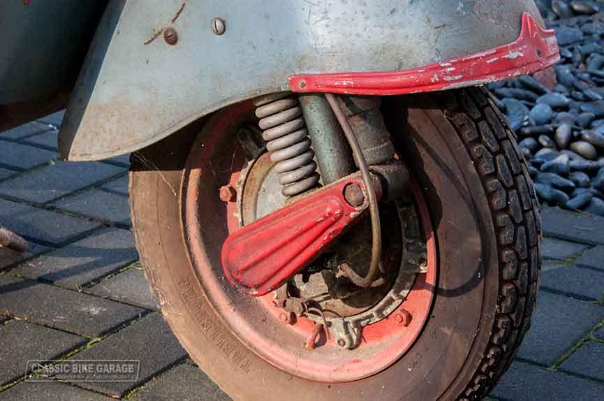 Vespa-150-GL-zo-uit-de-schuur-voorwiel
